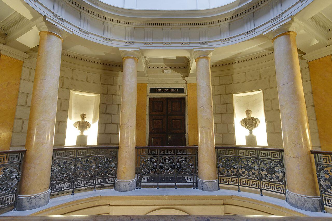 Entrada para a Bibliothèque Mazarine (Paris), com quatro colunas Doric nesta foto