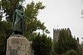 Estátua de Afonso Henriques e Castelo de Guimarães em Agosto de 2010.jpg