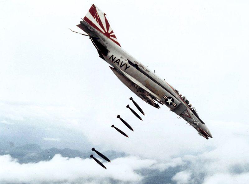http://upload.wikimedia.org/wikipedia/commons/thumb/c/c0/F-4B_VF-111_dropping_bombs_on_Vietnam.jpg/800px-F-4B_VF-111_dropping_bombs_on_Vietnam.jpg