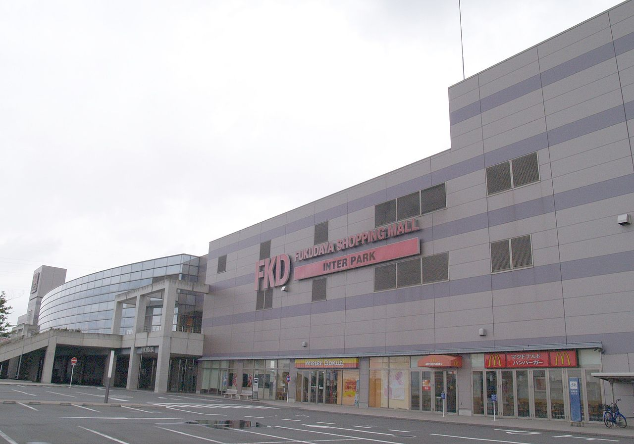 https://upload.wikimedia.org/wikipedia/commons/thumb/c/c0/FKD-Shopping-Mall-Utsunomiya-IC.JPG/1280px-FKD-Shopping-Mall-Utsunomiya-IC.JPG