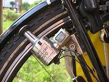 Ein Fahrraddynamo an einem Radreifen, ohne Kontant zum Reifen.