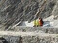 Fille assise banc de pierre chemin halage port de Palais.jpg