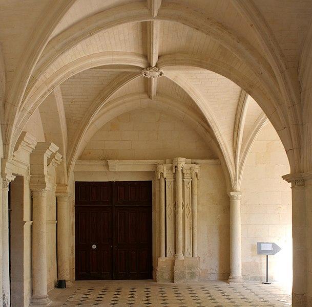 Galerie du cloître du Grand-Moutier, vers l'entrée de l'abbatiale (porte).