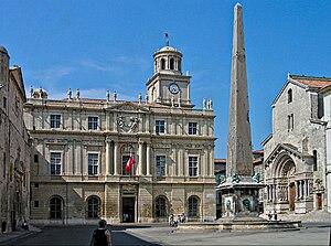 Place de la Republique mit Hôtel de Ville, Obelisk auf Brunnen und Portal St. Trophime