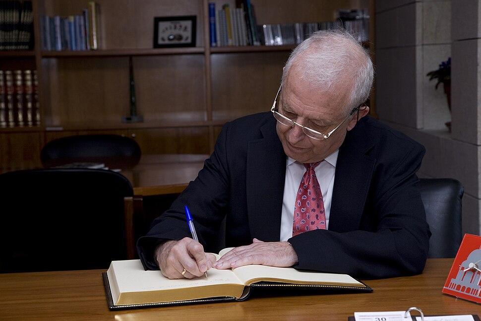 Francisco Díaz-Fierros asina o Libro de Ouro