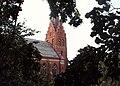 Fuglie kyrka bakom löv.jpg