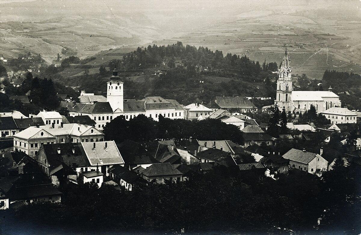 Gölnicbánya látképe, balra a Városháza tornya, jobbra a katolikus templom. Fortepan 95869.jpg