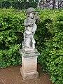 Garten Dornburger Schlösser Statue Knabe Laute.JPG