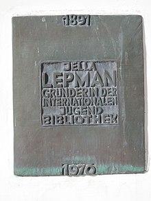 Targa commemorativa per Jella Lepman presso la biblioteca internazionale della gioventù nel castello di Blutenburg