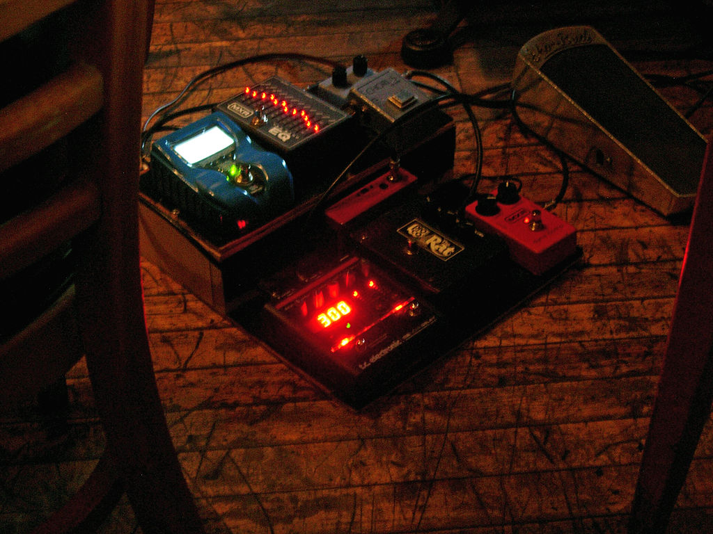 file guitar pedalboard al day al rose band with victor sanders uncommon grounds 2011 07 16. Black Bedroom Furniture Sets. Home Design Ideas