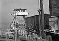 HUA-167594-Afbeelding van het oprijden van enkele goederenwagens op de Spoorpont II van Rederij Koppe voor het overzetten van goederenwagens tussen de Rietlanden en Amsterdam Noord (raccordement Distelweg), bij .jpg