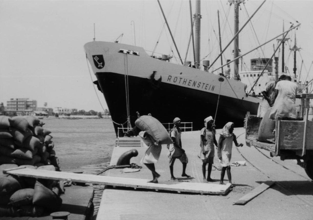 filehafenarbeiter bei der verladung von sackgut ms