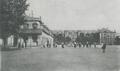 Hanau - Paradeplatz nach Osten mit Zeughaus und Infanteriekaserne.png