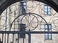 Haut de la porte du jardin de la cathédrale Saint-Maurice de Mirepoix by Mikani.JPG