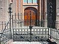 Heilig Hartkerk te Maarssen, hekwerk en deur.jpg