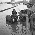 Het bezoek gaat per DUKW (amfibievoertuig) Ter hoogte van Sint Laurens, Bestanddeelnr 900-2361.jpg