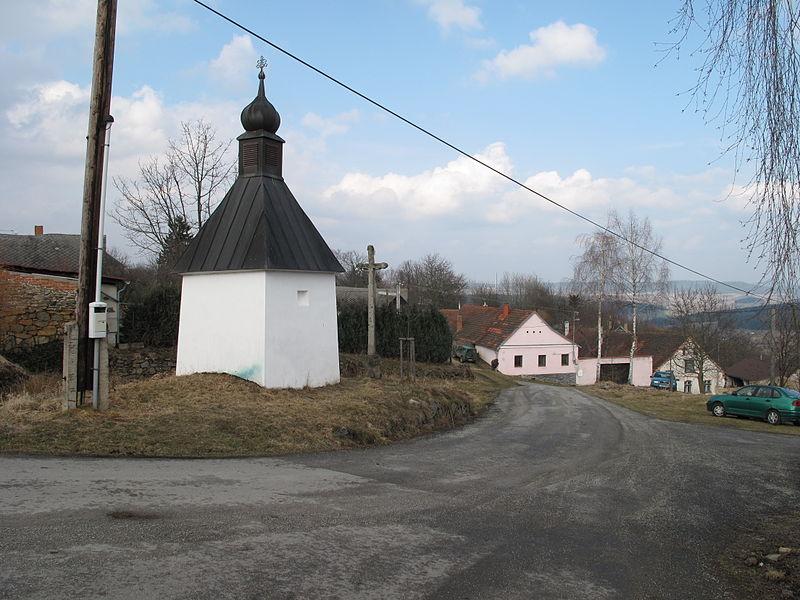 File:Horní Nakvasovice, kaplička.jpg