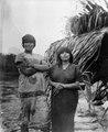 Indianpar vid torrtidshydda på stranden. Rio Madidi. Bolivia - SMVK - 005538.tif