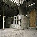 Interieur, zicht op de buitenzijde van een kantoortje in de fabriekshal - Maastricht - 20385983 - RCE.jpg