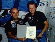 J. Garn i K. Bobko. STS51D-09-014