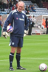 Joe Corrigan als keeperstrainer van West Bromwich op Glanford Park, Scunthorpe, op 22/09/2007