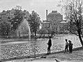 Kaisaniemen lammikko.Taustalla Kansallisteatteri, valmitunut 1902 (O. Tarjanne). - N812 (hkm.HKMS000005-000000eg).jpg