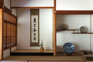 Tokonoma - A tokonoma with a hanging scroll and ikebana flower arrangement