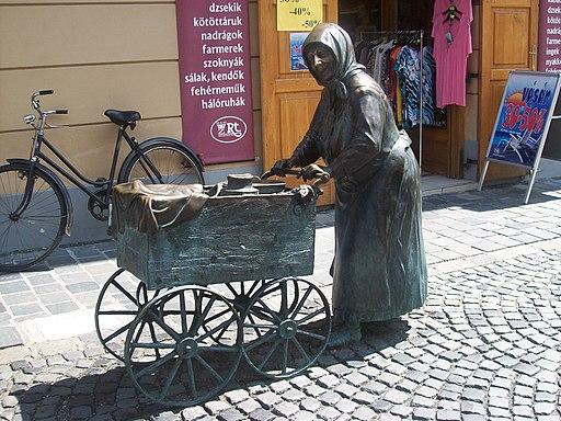 Kati néni, a fertályos asszony bronzszobra Székesfehérváron