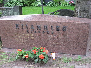 "Fennoman movement - A set of graves in Tampere, showing the original surname ""Kyander"" as well as the fennicized ""Kiianmies""."