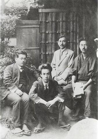 Фото 1919 года. Рюноскэ Акутагава второй слева, самый левый— Кикути Кан