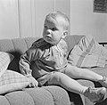 Kleinkind van Ernst Klein poseert op de bank, Bestanddeelnr 254-4652.jpg