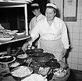 Koks aan het werk in de keuken van restaurant Wivex, Bestanddeelnr 252-9149.jpg