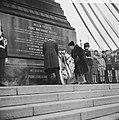 Koningin Juliana en prins Bernhard hebben een krans gelegd bij het Nationaal Mon, Bestanddeelnr 915-7990.jpg