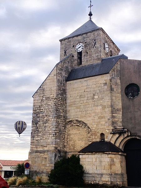 Les montgolfières qui survolent le Marais poitevin passent régulièrement au-dessus de l'église romane de Mauzé sur le Mignon.