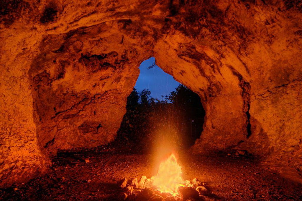 Lagerfeuer in der Vogelherdhöhle, eine Zeitreise zurück in die Eiszeit vor 40 000 Jahren