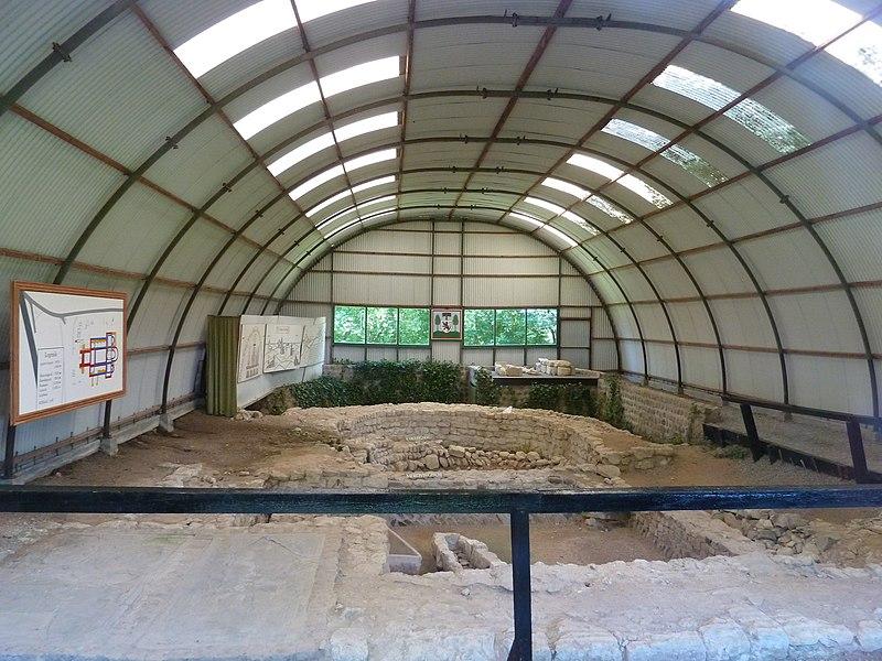 Blootgelegde fundamenten van de kerk te Sinte-Gitter, Landen, België
