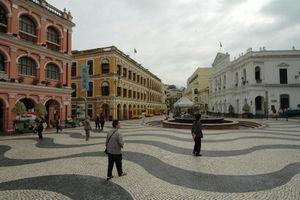 現今的議事亭前地,左側為龍記酒家