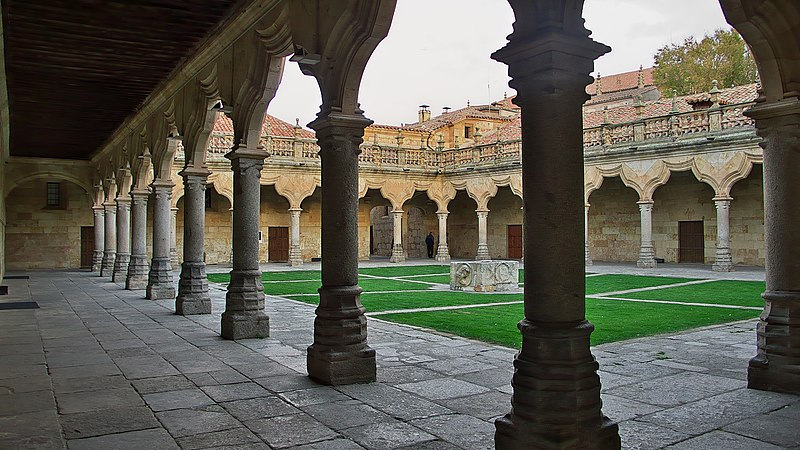 Archivo:Las Escuelas Menores (Salamanca). Patio.jpg