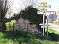Le Quartier (Puy-de-Dôme) croix de chemin, panneaux de route.JPG
