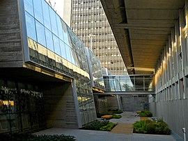 חלונות הספרייה מול מבנה האגף החדש