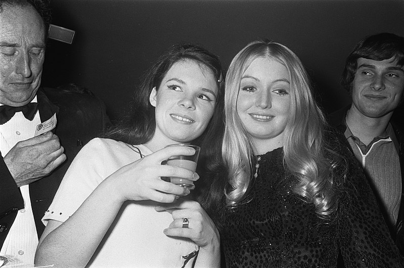 File:Links Dana (Ierland), rechts Mary Hopkin, Bestanddeelnr 923-3692.jpg