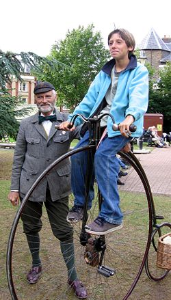 """As antigas bicicletas do tipo """"penny-farthing"""" estão na origem da medida da relação de transmissão em polegadas (gear inches)"""