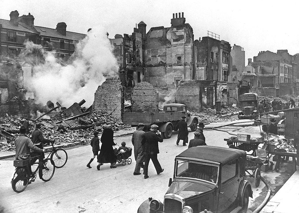 Photo et blanc de Londres bombardée pendant la 2e guerre mondiale.