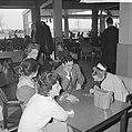 Luchtvaart-schipbreukelingen in motel in Amsterdam, de mensen korten de tijd met, Bestanddeelnr 914-7726.jpg
