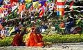 Lumbini-12-Moenche-Gebetsfahnen-2013-gje.jpg