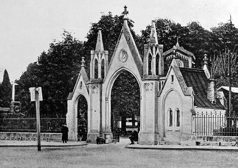 Plik:Lwów - główna brama Cmentarza Łyczakowskiego około 1900 r.jpg