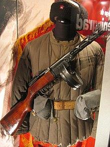 Uniforme soviétique pendant la seconde guerre mondiale. l'arme est un