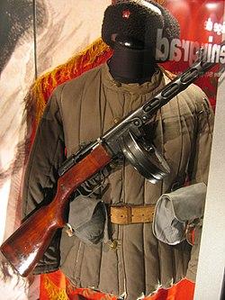 Uniforme soviétique pendant la Seconde Guerre mondiale. L'arme est un pistolet-mitrailleur PPSH