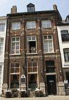 foto van Huis met lijstgevel, geleed door pilasters.