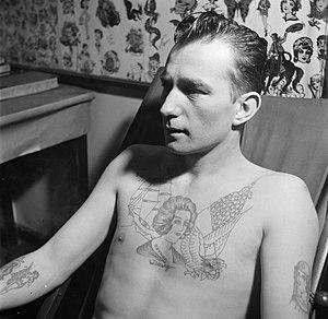 Man poseert met tatoeages gezet door tatoeëerder Jack, Bestanddeelnr 252-9245.jpg